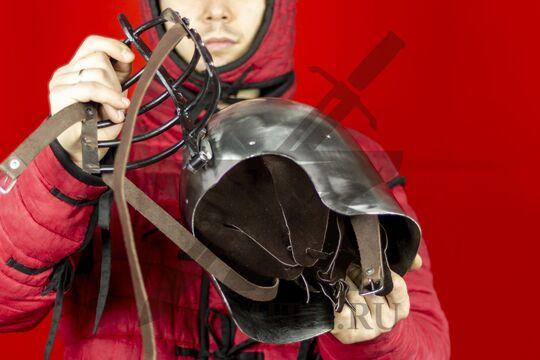 """Бацинет """"Волчьи ребра"""" клапвизор, с парашютом и подбородочными ремнями, вид в руках с поднятым забралом"""