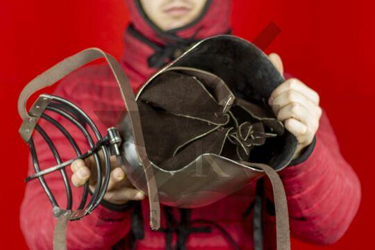 """Бацинет """"Волчьи ребра"""" клапвизор, с парашютом и подбородочными ремнями, вид в руках с поднятым забралом, фото 2"""
