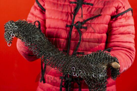 Койф клепано-сеченый (12 мм), прямоугольное ожерелье, вид в руках