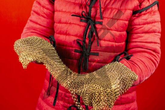 Койф кольчужный омедненный 1х6 мм, круглое ожерелье, в руках