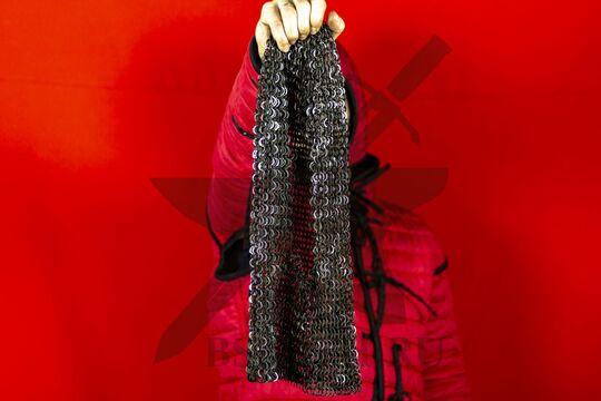 Койф кольчужный клепано-сеченый 9 мм, круглое ожерелье, в руке