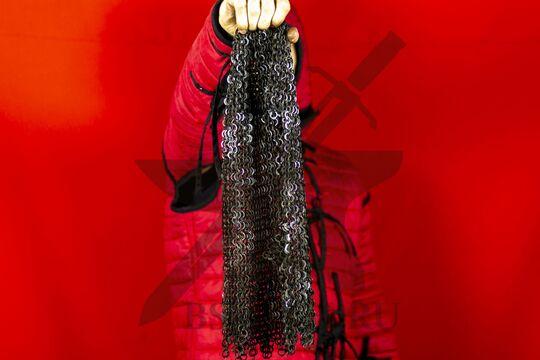 Койф кольчужный клепано-сеченый 9 мм, ожерелье с фестонами, в руке