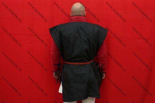 Котта д'арм черный, диагональ, вид со спины