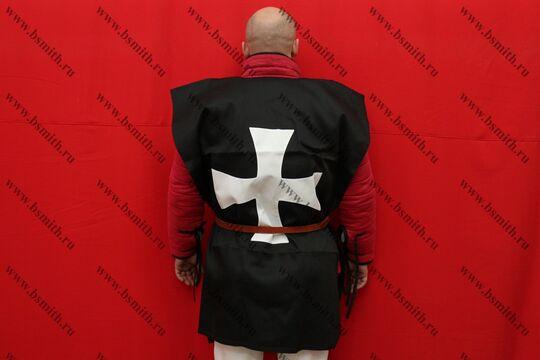 Котта д'арм черная с белым крестом, диагональ, вид со спины