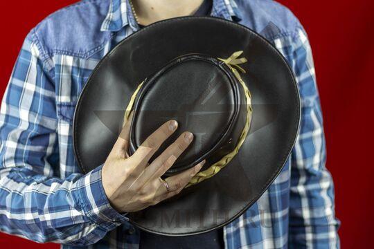 Шляпа федора кожаная черная, в руке