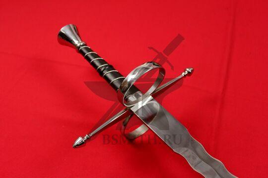 Фламберг полуторный с кольцами, эфес крупно со стороны клинка