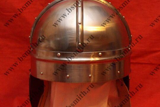 Шлем из Гьермундбю, стальные науши с подкладом и ремнями, подбородочные ремни
