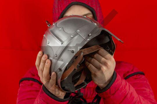 Шлем тюрбанный из Озерного, вид в руках