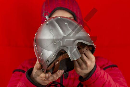 Шлем тюрбанный из Озерного, вид в руках спереди