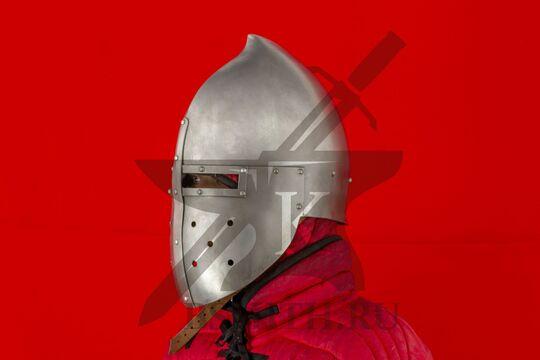 "Шлем ""фригийский колпак"" с забралом, вид в три четверти"