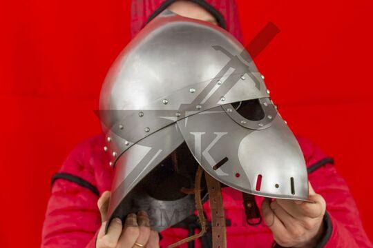 """Шлем """"фригийский колпак"""" с забралом, вариант 2, вид в руках сбоку"""