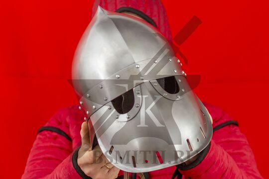 """Шлем """"фригийский колпак"""" с забралом, вариант 2, вид в руках спереди"""