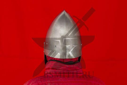 """Шлем """"фригийский колпак"""" с забралом, вид сзади"""