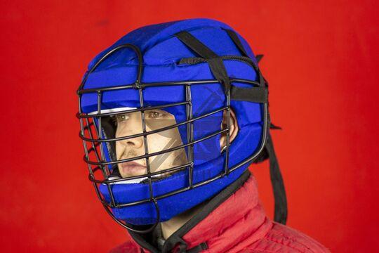 Шлем со стальной маской, вид в три четверти