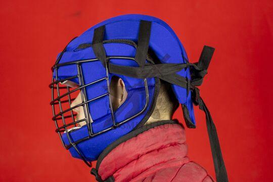 Шлем со стальной маской, вид сбоку