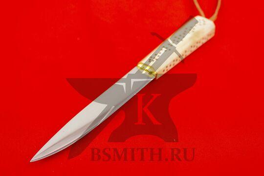 Нож с костяной рукоятью, вид со стороны клинка