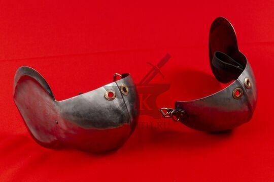 Наколенники миланские с лепестком, вид сбоку