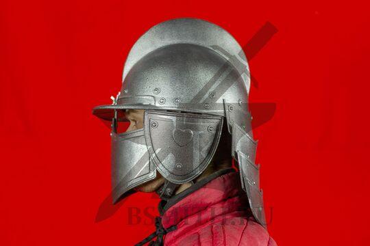 Шлем польских гусар, пластик, вид сбоку