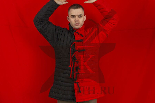 Пурпуэн красно-черный, лен, завязки, вид спереди с поднятыми руками