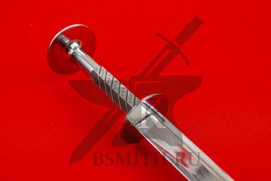 Рондельный кинжал с стальным эфесом, эфес крупно со стороны клинка