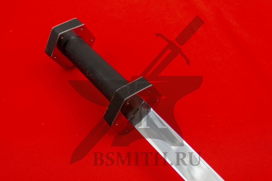 Рондельный кинжал с граненой гардой, эфес крупно со стороны клинка