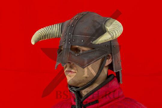 Рогатый шлем из Скайрим, пластик, вид в три четверти