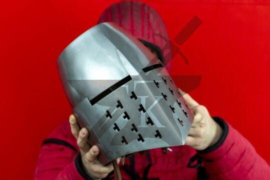 Топхельм из замка Арнас, вид в руках