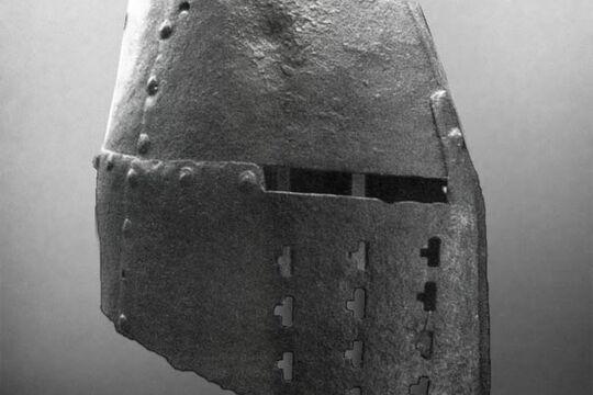 Топхельм из замка Арнас, артефакт