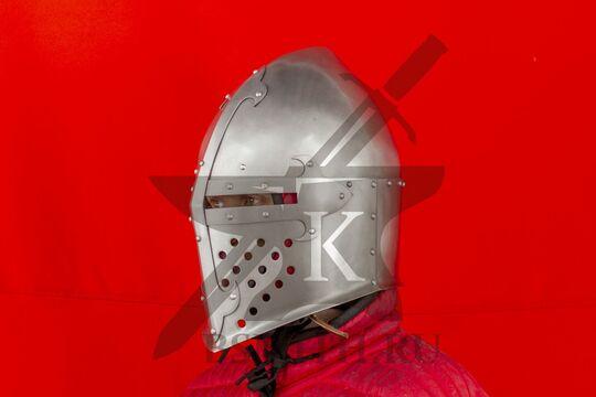"""Шлем """"Сахарная голова"""" с монолитным забралом, вид в три четверти"""