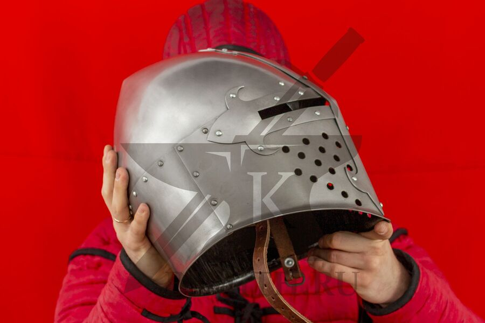 """Шлем """"Сахарная голова"""" с монолитным забралом, вид в руках"""