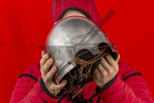 Шлем тюрбанный простой, вид в руках спереди