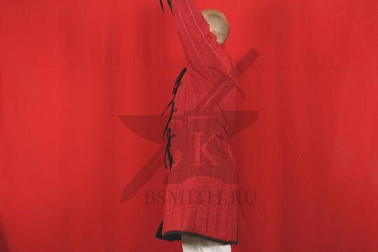 Стеганая куртка длинная красная, 4 слоя, грета, вид сбоку с поднятой рукой