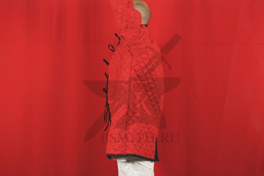 Стеганая куртка длинная красная, ромб, 2 слоя, лен, вид сбоку с поднятой рукой