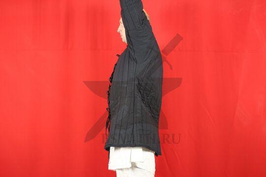 Стеганая куртка, 2 слоя, длина 80 см, х/б, вид сбоку с поднятой рукой