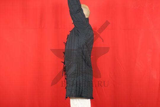 Стеганая куртка, 2 слоя, длина 100 см, х/б, вид сбоку с поднятой рукой